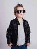 Niño pequeño de moda en gafas de sol Imagenes de archivo