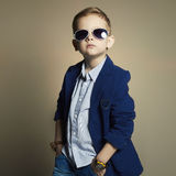 Niño pequeño de moda en gafas de sol niño elegante en traje Imagen de archivo