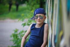 Niño pequeño de moda en gafas de sol y casquillo Imágenes de archivo libres de regalías