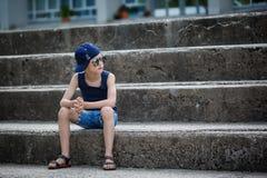 Niño pequeño de moda en gafas de sol y casquillo Niñez Verano Fotos de archivo libres de regalías