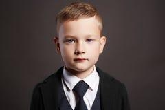 Niño pequeño de moda en traje Fotos de archivo