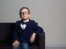 Niño pequeño de moda en traje y vidrios Niño con estilo Fotos de archivo libres de regalías
