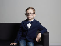 Niño pequeño de moda en traje y vidrios Niño con estilo Foto de archivo
