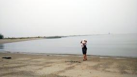 Niño pequeño de moda hermoso que camina en la playa arenosa Imagen de archivo libre de regalías