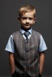 niño pequeño de moda niño divertido sonriente en traje y lazo Foto de archivo libre de regalías