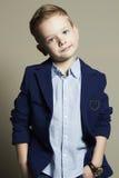 niño pequeño de moda niño elegante en traje Fotografía de archivo