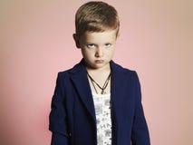 niño pequeño de moda niño elegante en traje Foto de archivo