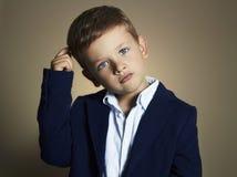 niño pequeño de moda niño elegante en traje Fotos de archivo libres de regalías