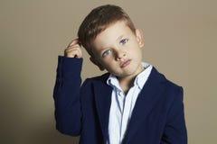 niño pequeño de moda niño elegante en traje Imagen de archivo libre de regalías