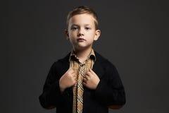 niño pequeño de moda niño elegante en traje Imagenes de archivo