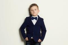 niño pequeño de moda Niño elegante en traje y lazo Foto de archivo