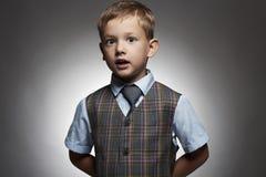 niño pequeño de moda niño elegante en traje y lazo Fashion Children Imágenes de archivo libres de regalías