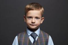 niño pequeño de moda niño elegante en traje y lazo Fashion Children Fotos de archivo libres de regalías