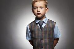 niño pequeño de moda niño elegante en traje y lazo Fashion Children Imagenes de archivo