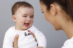 Niño pequeño de risa con la madre Foto de archivo libre de regalías
