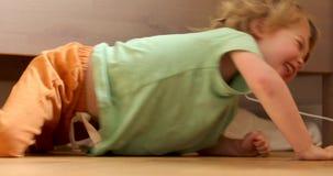 Niño pequeño debajo de la cama metrajes