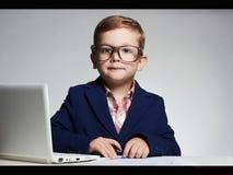Niño pequeño del presentador de las noticias título divertido TV del niño imagen de archivo libre de regalías