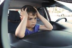 Niño pequeño del trastorno cerrado dentro del coche foto de archivo libre de regalías