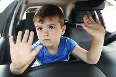 Niño pequeño del trastorno cerrado dentro del coche fotografía de archivo