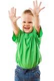 Niño pequeño divertido con las manos aumentadas fotografía de archivo