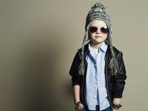 Niño pequeño divertido en gafas de sol niño elegante en sombrero Foto de archivo