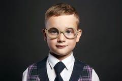 niño pequeño divertido en traje y vidrios Imagen de archivo