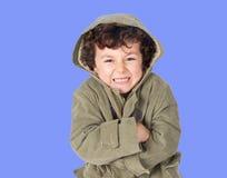 Niño pequeño divertido que tiembla con frío Foto de archivo libre de regalías