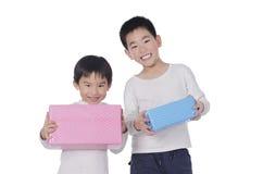 Niño pequeño dos con los regalos Fotografía de archivo libre de regalías