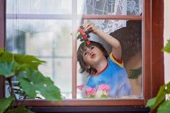 Niño pequeño dulce, jugando con el aeroplano temprano por la mañana Fotografía de archivo libre de regalías