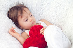 Niño pequeño, durmiendo en una silla grande Imagen de archivo libre de regalías