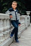 Niño pequeño elegante en gafas de sol y ropa de moda Moda del ` s de los niños Imágenes de archivo libres de regalías