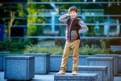 Niño pequeño elegante en ropa de moda Imagen de archivo libre de regalías