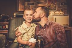 Niño pequeño elegante y su padre fotografía de archivo