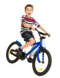 Niño pequeño emocionado en la bici Foto de archivo