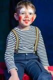Niño pequeño emocionado lindo en maquillaje rojo cómico Fotos de archivo libres de regalías