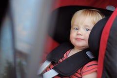 Niño pequeño en asiento de carro Imagen de archivo
