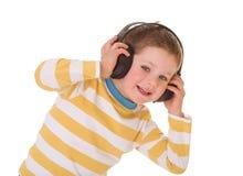 Niño pequeño en auriculares Foto de archivo