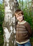 Niño pequeño en bosque del resorte Imagen de archivo