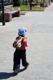 Niño pequeño en caminata en avenida Fotos de archivo libres de regalías