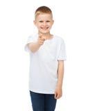 Niño pequeño en camiseta blanca en blanco que señala en usted Foto de archivo libre de regalías