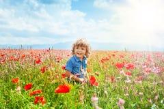 Niño pequeño en campo de la amapola Fotos de archivo libres de regalías
