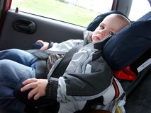 Niño pequeño en coche Imagen de archivo libre de regalías