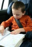 Niño pequeño en coche foto de archivo