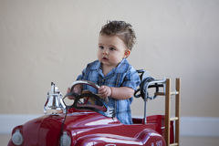 Niño pequeño en coche de bomberos foto de archivo libre de regalías