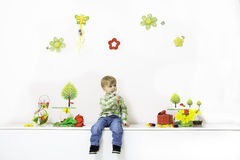 Niño pequeño en el arreglo de la primavera fotos de archivo