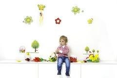 Niño pequeño en el arreglo de la primavera fotografía de archivo