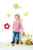 Niño pequeño en el arreglo de la primavera Imágenes de archivo libres de regalías