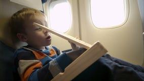 Niño pequeño en el avión con la caja de madera almacen de video