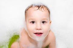 Niño pequeño en el baño Imagenes de archivo