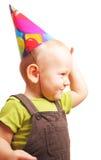 Niño pequeño en el casquillo del día de fiesta aislado en blanco Imágenes de archivo libres de regalías